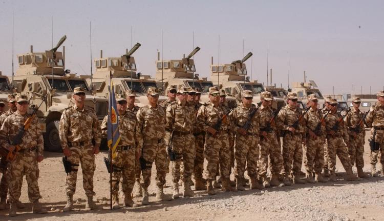 Önkénteseket vár a seregbe a védelmi miniszter