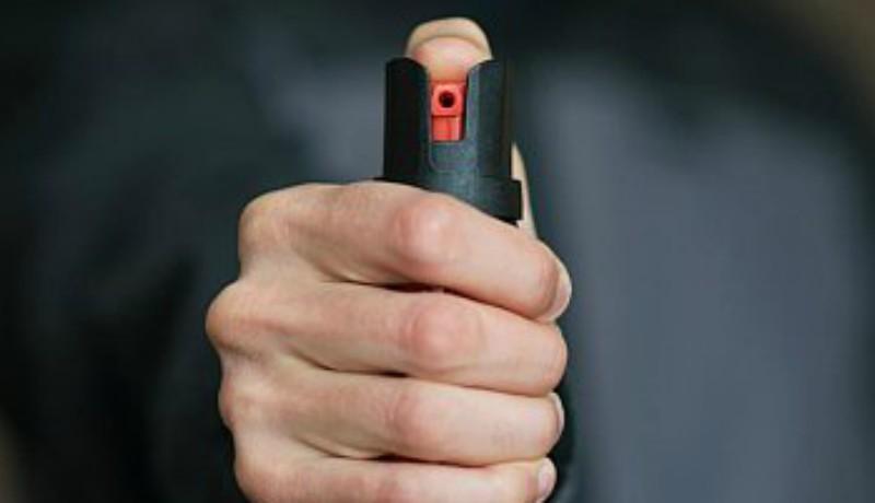 Megunta a várakozást a sürgősségin, előkapott egy pisztolyt és egy gázsprayt